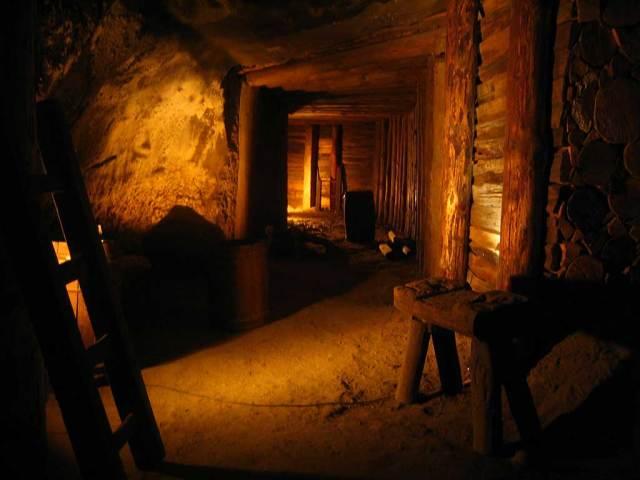 Wieliczka_salt_mine_old_corridor